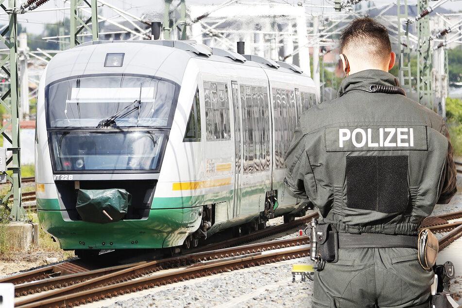 Mann breitet im Zug sein Essen aus, dann wird er verhaftet!