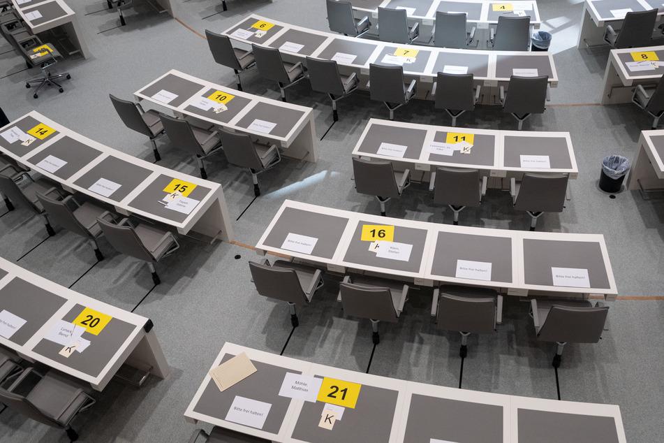 Für den Sicherheitsabstand während der Sitzung liegen Platzkarten auf den Tischen im Plenarsaal.