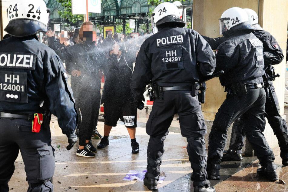 Ausschreitungen bei Antifa-Demo: Polizisten werden getreten und geschlagen!