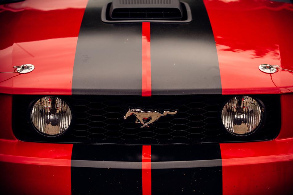 Frau (22) rast im Ford Mustang GT mit irrer Geschwindigkeit über A4
