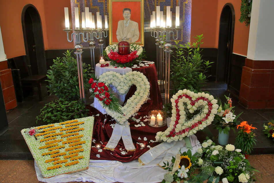 Der prachtvoll geschmückte Traueraltar in der Halle des Krematoriums Meißen. Links unten ein Xylophon aus Blumen.