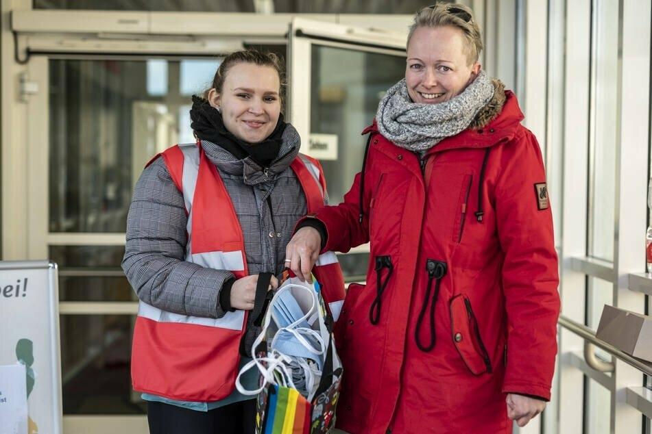 Erzieherin Sandra Findeisen 40 übergibt Fanni (19, l.), die ein freiwilliges soziales Jahr absolviert, die Schutzmasken.