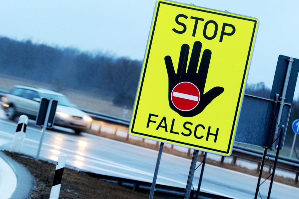 An einer Autobahnausfahrt warnt ein Schild vor dem Weiterfahren in die verkehrte Richtung. (Symbolbild)