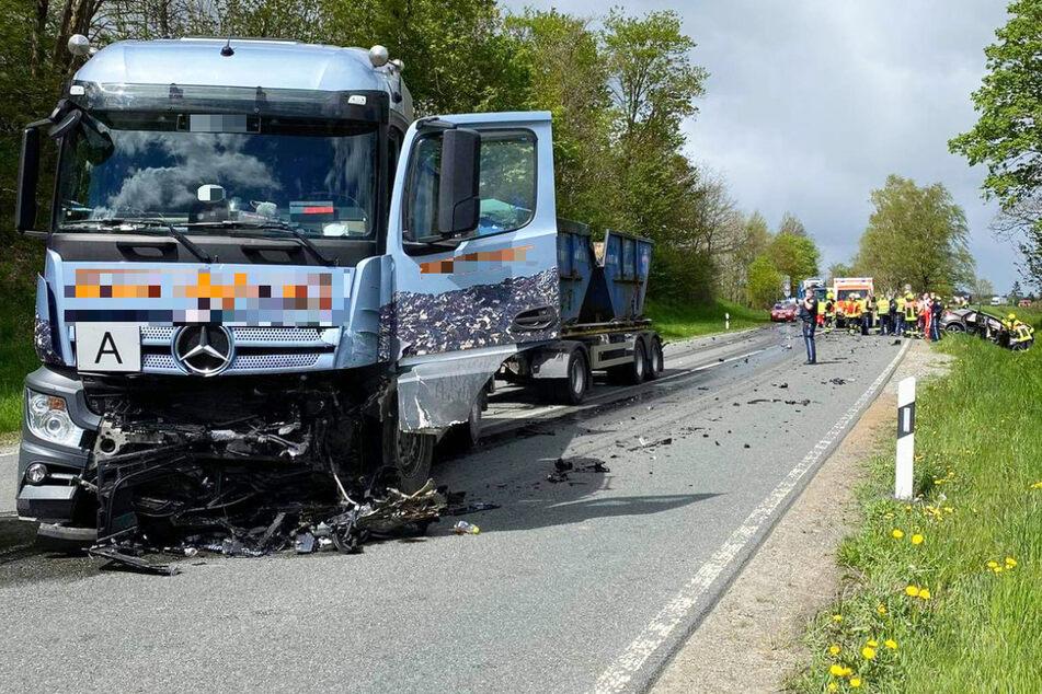 Der Fahrer des Lastwagens erlitt durch den folgenschweren Unfall auf der B173 in Bayern einen Schock, musste ins Krankenhaus gebracht werden.