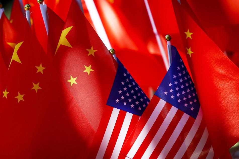 Chinesische und US-amerikanische Flaggen wehen noch Seite an Seite, doch die Beziehungen zwischen den beiden Ländern werden immer schlechter. (Archvibild)