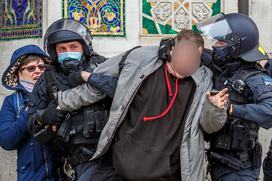 """Nicht nur der Ton wird aggressiver: Polizeieinsatz gegen """"Störer"""" bei der Demonstration der rechtsextremen """"Heidenauer Wellenlänge"""" am 13. März in Dresden."""