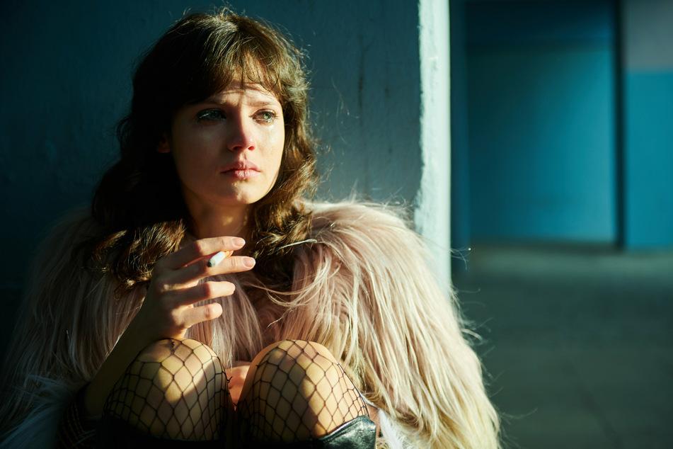 """Die Schauspielerin Jana McKinnon (22, als Christiane) in einer Szene aus Folge 5 der neuen Serie """"Wir Kinder vom Bahnhof Zoo» (undatiert)."""
