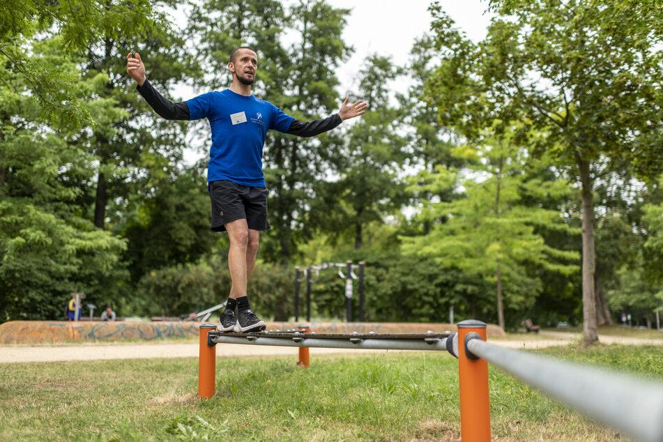 Auf dem Bewegungsparcours am Schloßteich gibt es verschiedene Geräte zum Trainieren.