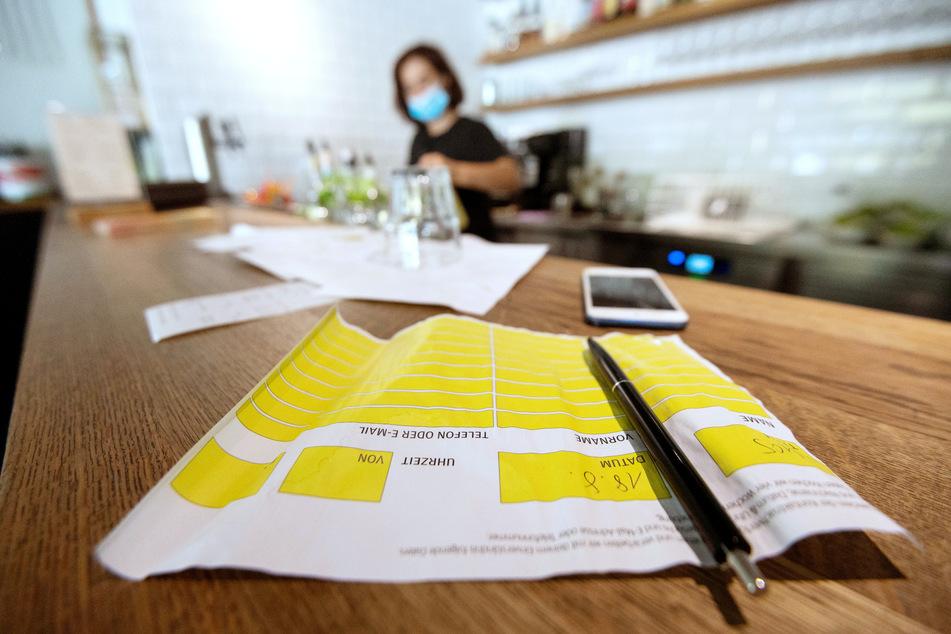 Ein Zettel zur Besucherregistrierung liegt in einem Restaurant.