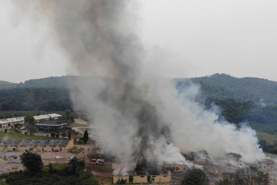Rauchschwaden steigen nach Explosionen über einer Feuerwerksfabrik auf.