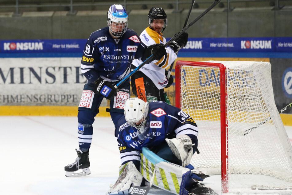 Hier hat Eislöwen-Goalie Riku Helenius hat den Puck sicher, musste aber später dreimal hinter sich greifen.