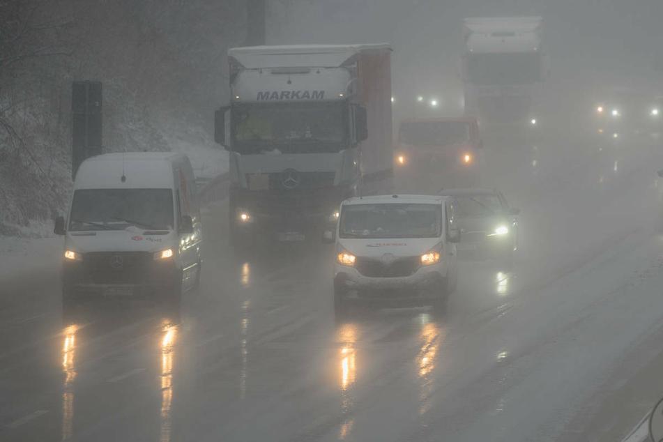 Mehr als 55 Sattelzüge hängen bei Eis und Schnee fest