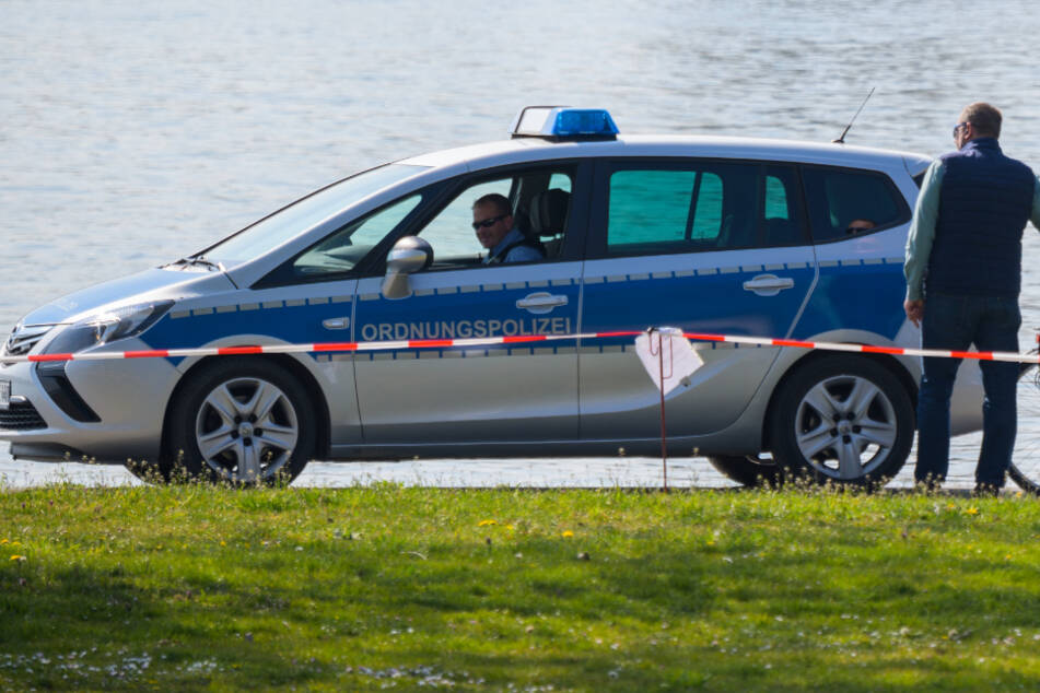 Polizisten kontrollieren das Rheinufer bei Eltville.