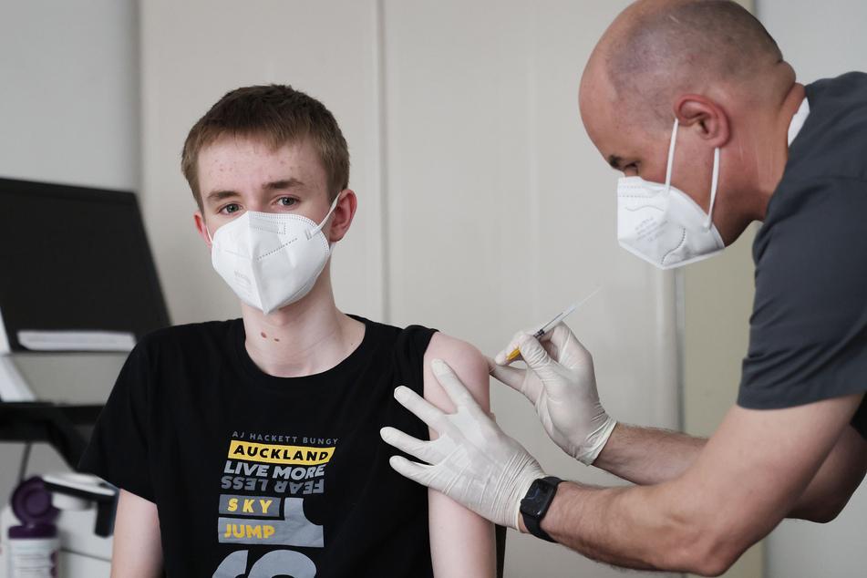 Hausärzte haben begonnen, Kinder und Jugendliche gegen das Coronavirus zu impfen.