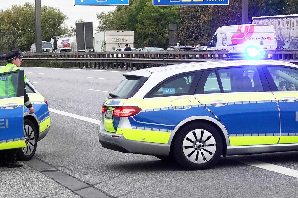 Drogen-Raser heizt im geklauten Audi über die A4, rammt die Polizei und flieht zu Fuß