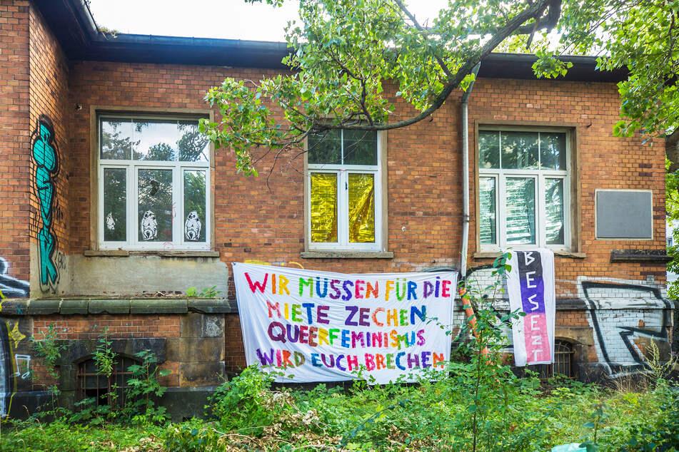 Das Haus auf der Lößnitzstraße 5 wurde mit bunten Transparenten behangen.