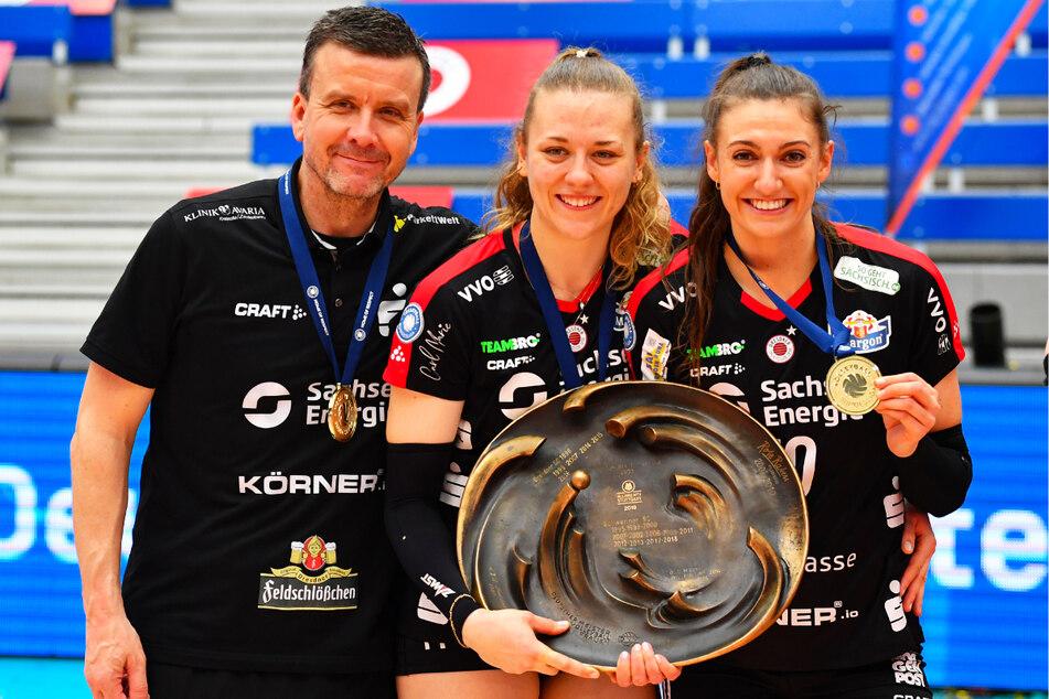 Sie verlässt den DSC um Coach Alex Waibl (53, l.) mit dem deutschen Meistertitel: Lena Stigrot (26, r.) wechselt nach Italien zum Roma Volley Club.