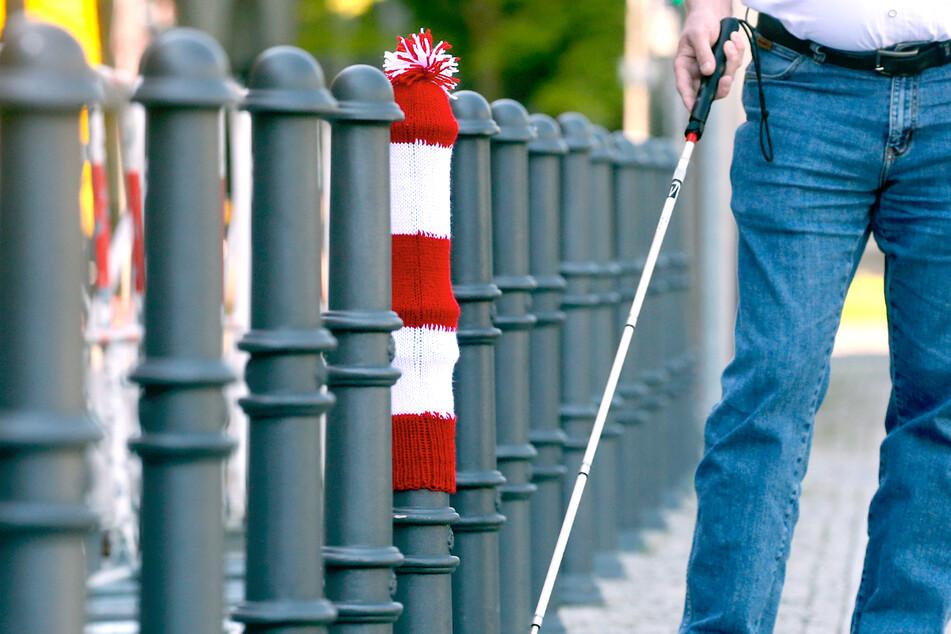 Berlin: Warum diese Berliner Straßenpoller jetzt Strickmützen tragen!