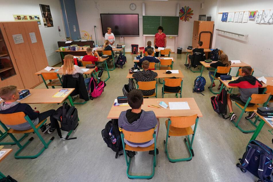 Schüler und Schülerinnen haben wieder Präsensuntericht, müssen sich aber an Corona-Regularien halten.