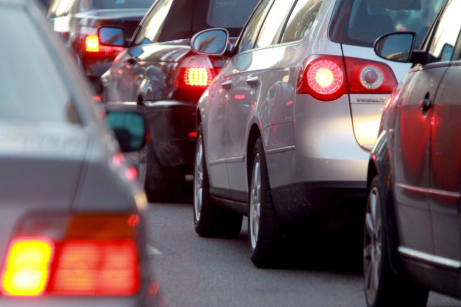 Lkws krachen an Stauende ineinander: Mega-Stau auf der Autobahn