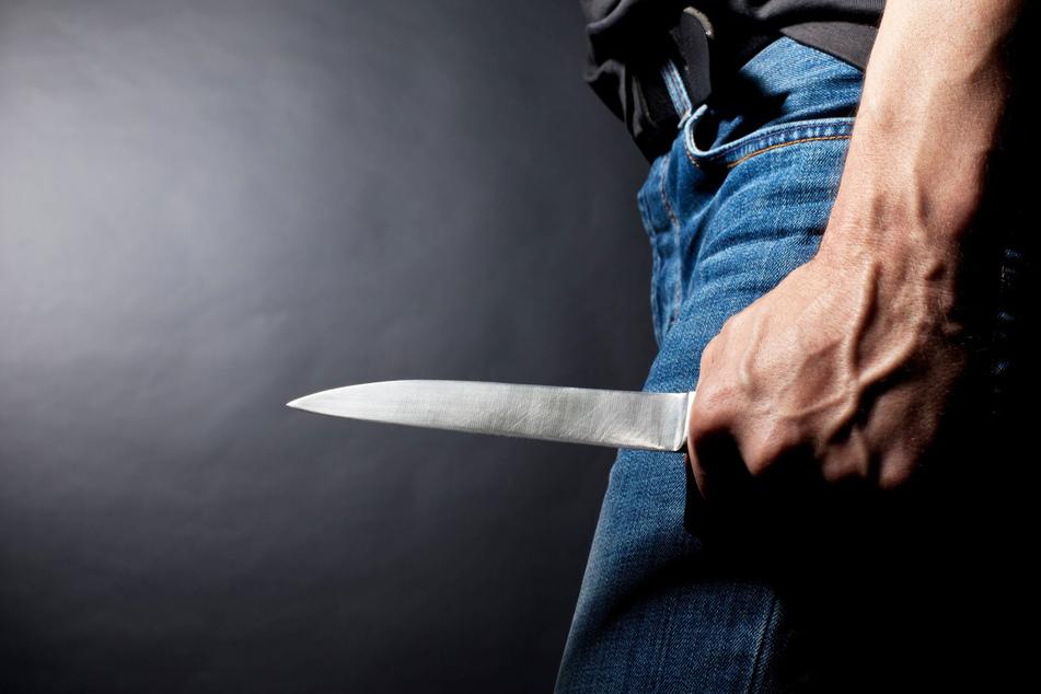 Mit einer Säge und zwei Küchenmessern zerstückelte er die Leiche. (Symbolbild)
