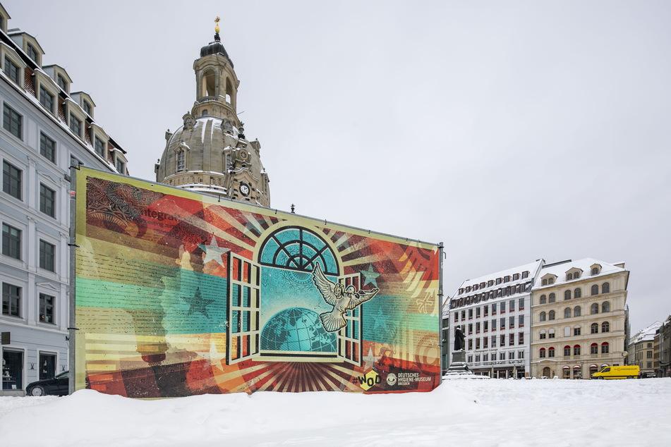 Mit Kunst wird auf dem Dresdner Neumarkt zu Frieden gemahnt.