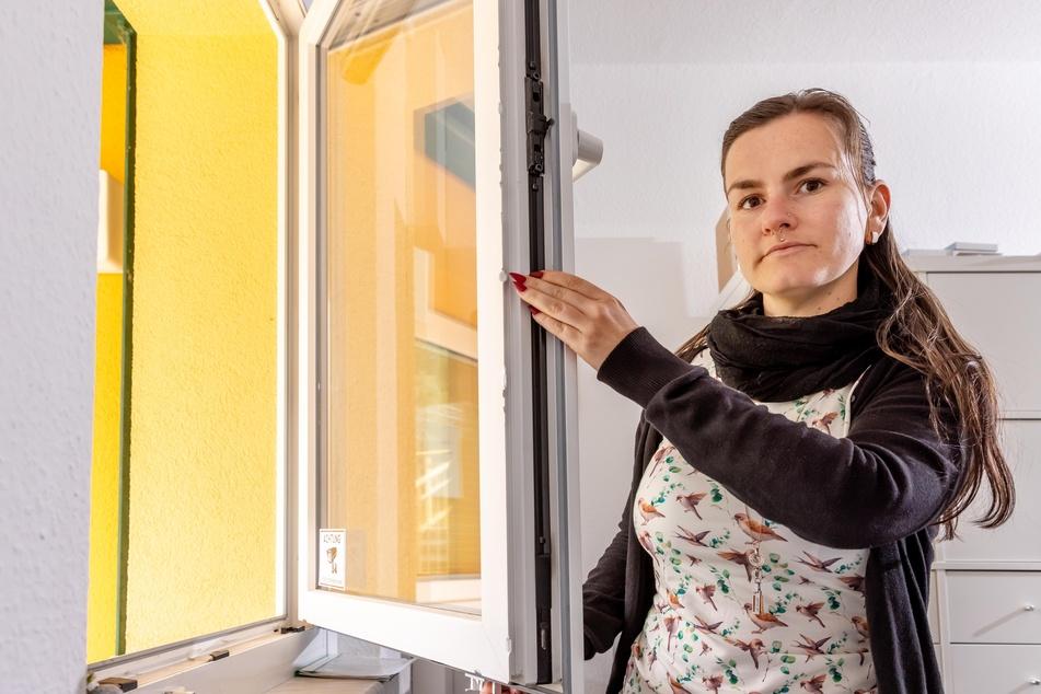 Erzieherin Francine Schneider (32) zeigt den Fensterrahmen mit Schraubenzieher-Spuren.