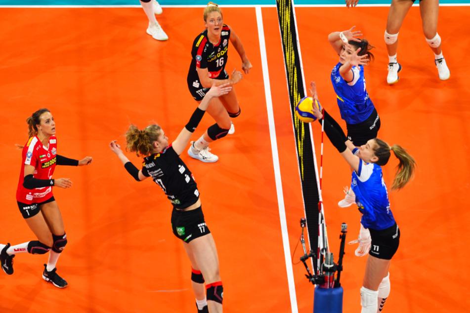 Szene aus dem Pokalfinale mit DSC-Mittelblockerin Camilla Weitzel im Angriff. Gibt es auch heute einen Fünf-Satz-Krimi?