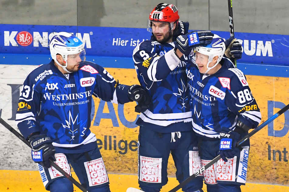 Alexander Dotzler (36, l.) und Roope Ranta (32, r.) jubeln mit Jordan Knackstedt (32). Die zwei erstgenannten Spieler müssen die Eislöwen jetzt verlassen.