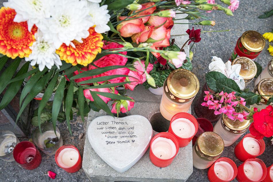 Nach der schrecklichen Tat wurden zahlreiche Blumen und Kerzen für den toten Thomas L. (†55) niedergelegt.