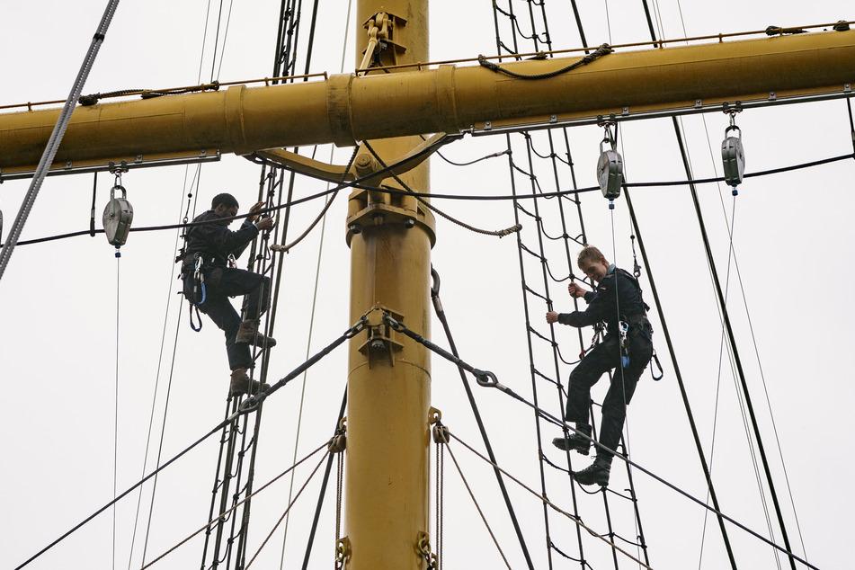 """Kadetten der Marineschule üben die Arbeit in der Takelage an einem Übungsmast, um die Tätigkeiten zukünftig auf dem Segelschulschiff """"Gorch Fock"""" durchzuführen."""