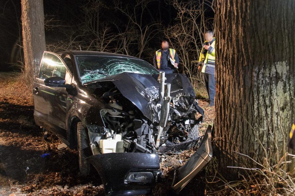 Zu schnell? 19-Jähriger prallt mit VW frontal gegen Baum, zwei Schwerverletzte