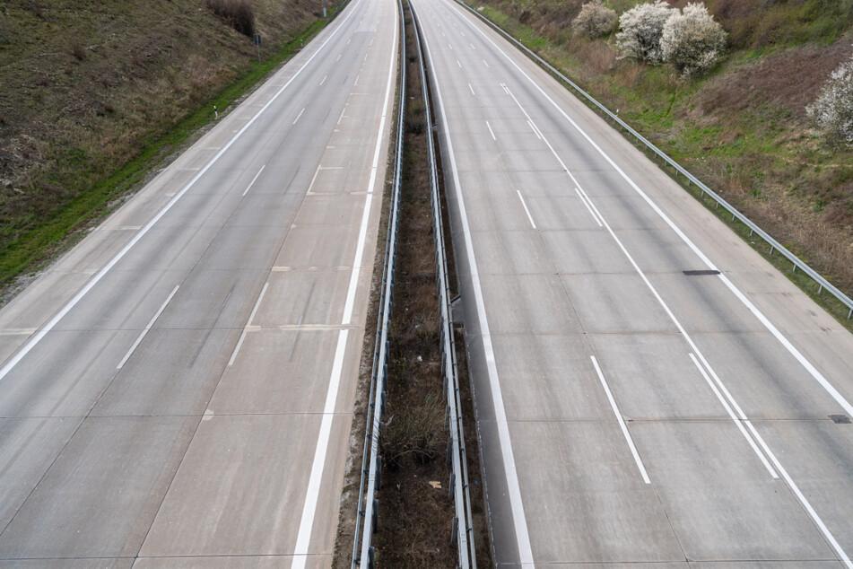Keine Autos sind auf der Autobahn A4 bei Dresden zu sehen. Auch in diesem Jahr soll der Osterurlaub im Inland ausfallen.