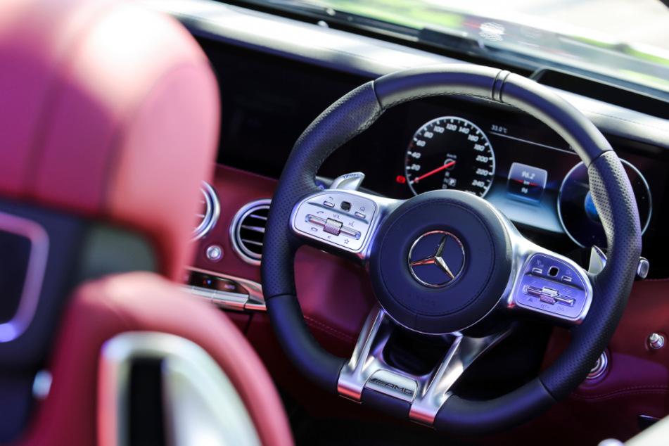Autofahrer mit Gewehr überfallen und mit nagelneuem Mercedes abgehauen