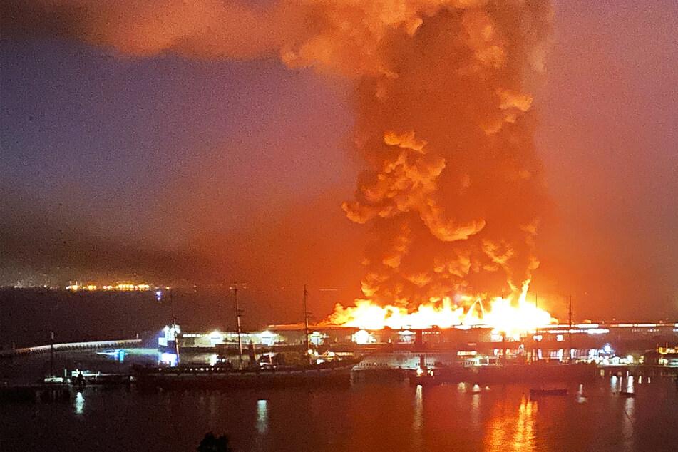 Historischer Hafen steht in Flammen