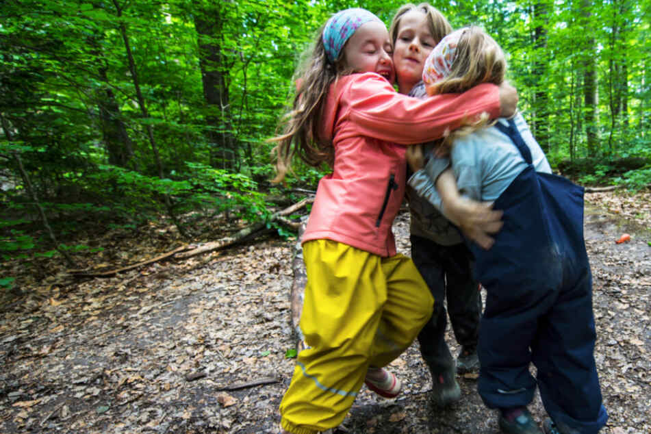 In der Natur und gemeinsam am Tisch: Warum Spielen wichtig ist