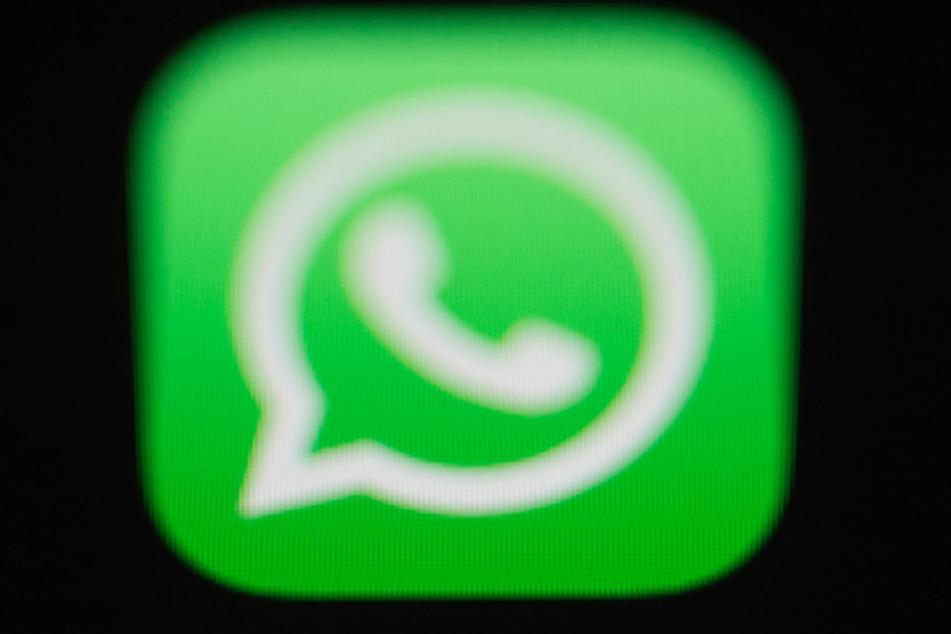 Das Logo der Messenger-App WhatsApp ist auf dem Bildschirm eines iPhones zu sehen.