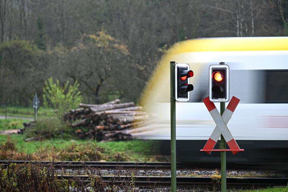 Der Zug fuhr los, da sprang der junge Mann aufs Trittbrett. (Symbolbild)