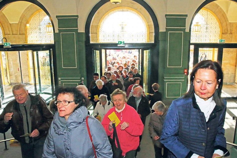 Tausende Dresdner erobern sich ihr Rathaus zurück