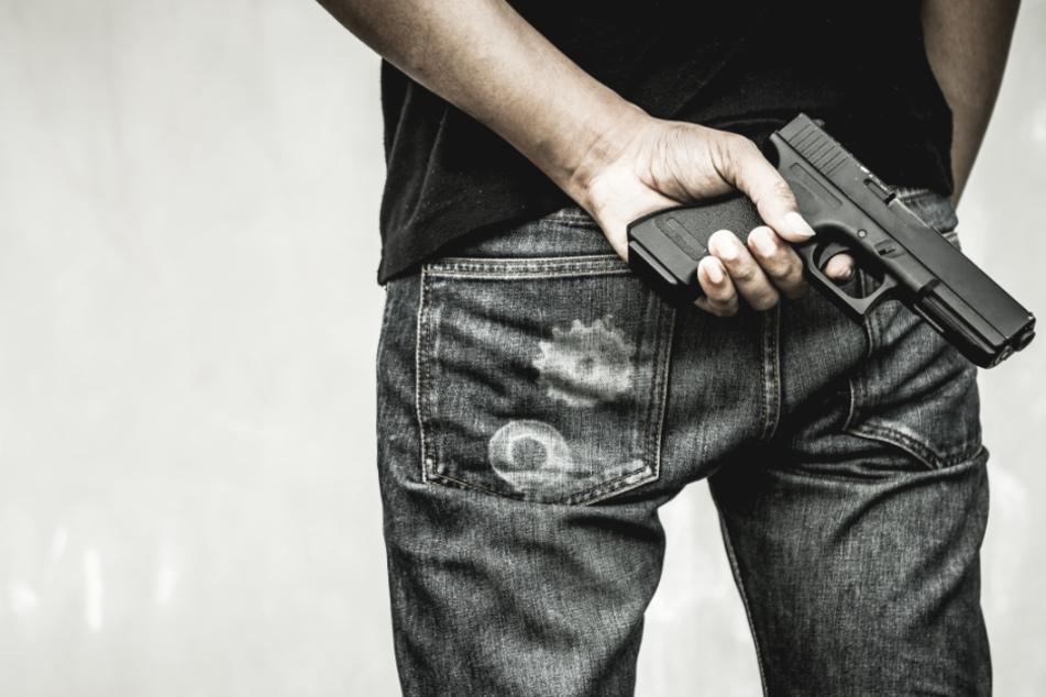 Mann zielt mit geladener Pistole auf Kölner Hotelangestellten