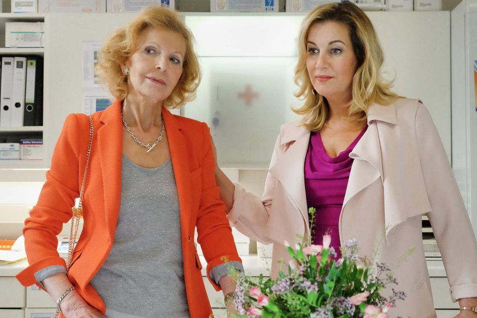 Sarah Marquardt (r.) sucht Ingrid Rischke (l.) auf und findet sie natürlich an ihrem alten Arbeitsplatz - im Schwesternzimmer.