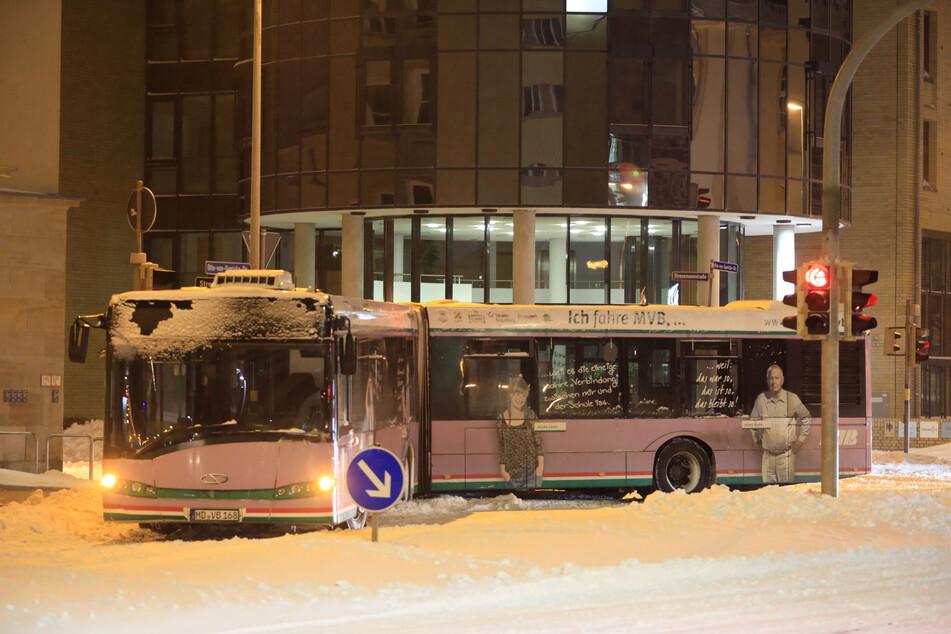 Ein Gelenkbus der Magdeburger Verkehrsbetriebe (MVB) hat sich in der Innenstadt im Schnee festgefahren.