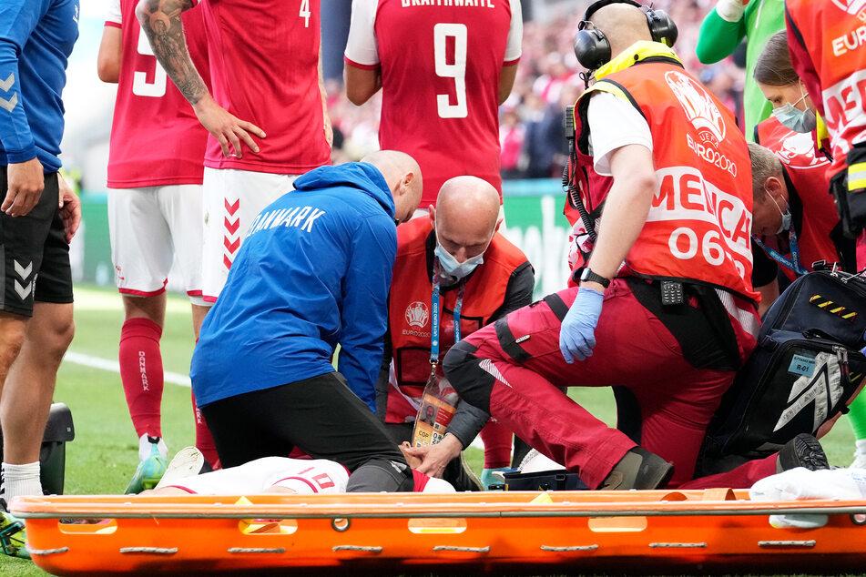 Ärzte kümmerten sich auf dem Rasen intensiv um Christian Eriksen (29), bis er wieder zu Bewusstsein kam und in ein Krankenhaus gebracht werden konnte.