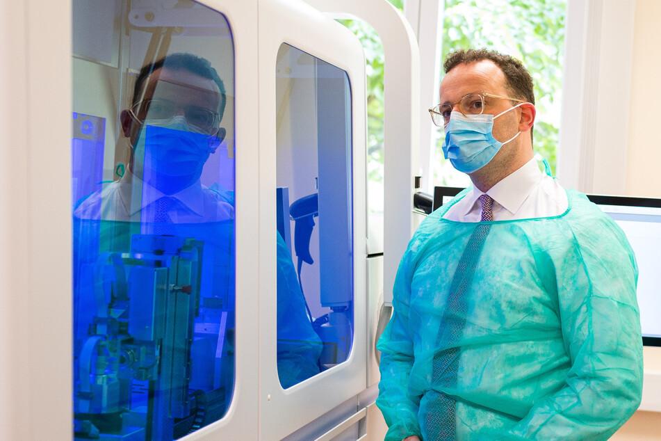 Bundesgesundheitsminister Jens Spahn (CDU) besucht die Virologie der Universitätsklinik des Saarlandes.