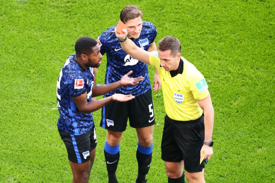 Schiedsrichter Tobias Stieler (r.) schickte Herthas eingewechselten Rechtsverteidiger Deyovaisio Zeefuik (l.) in der 50. Minute mit Gelb-Rot vom Platz.