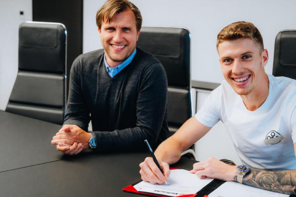 Gute Laune bei Eintracht-Sportvorstand Markus Kräsche (l. 40). Kristijan Jakic (24) hat gerade seinen Vertrag bei den Hessen unterschrieben.