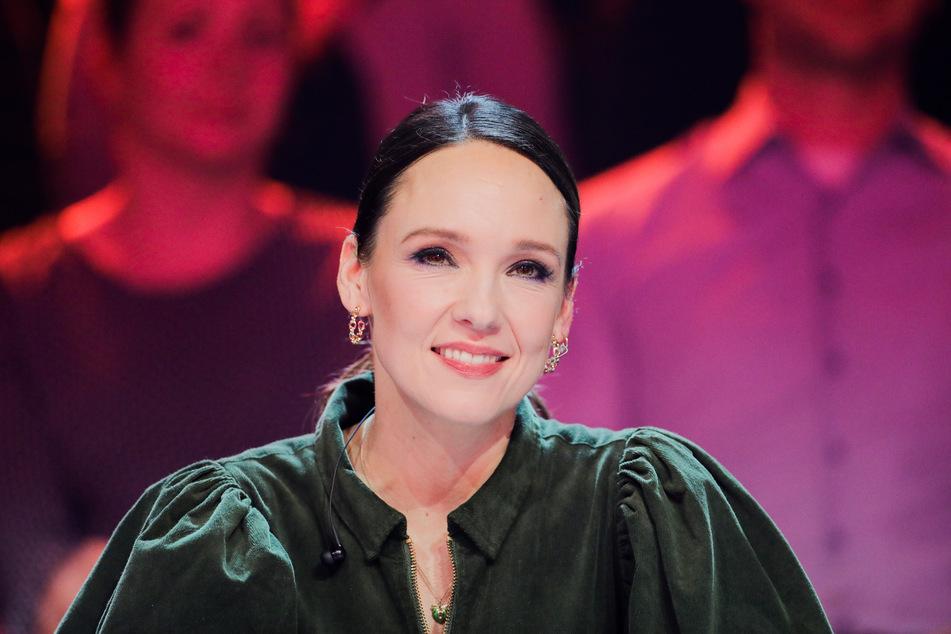 """Comedian Carolin Kebekus (39) sitzt als Rategast in der Prosieben-Show """"The Masked Singer"""" auf der Bühne (Archivbild)."""
