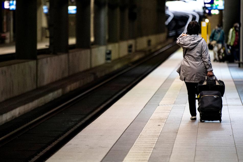 Zahlreiche Züge fallen aus: Bahnreisende müssen sich wegen des Streiks der GDL auch am Sonntag auf erhebliche Probleme einstellen. (Symbolbild)