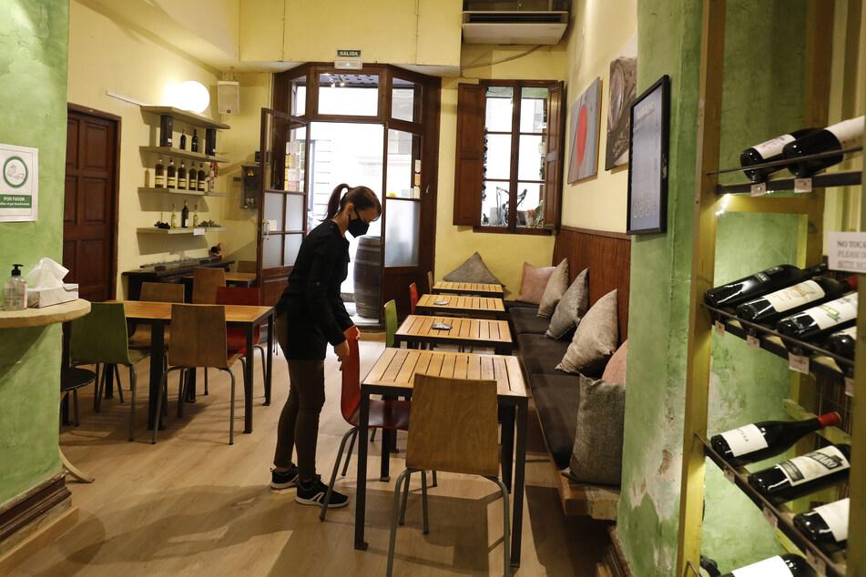 Auf Mallorca dürfen jetzt auch wieder die Innenbereiche der Restaurants öffnen. Besitzer und Kellner bereiten sich darauf vor.
