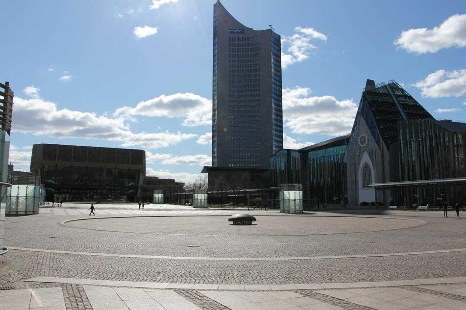 Nur ganz vereinzelt laufen Passanten über den Leipziger Augustusplatz.